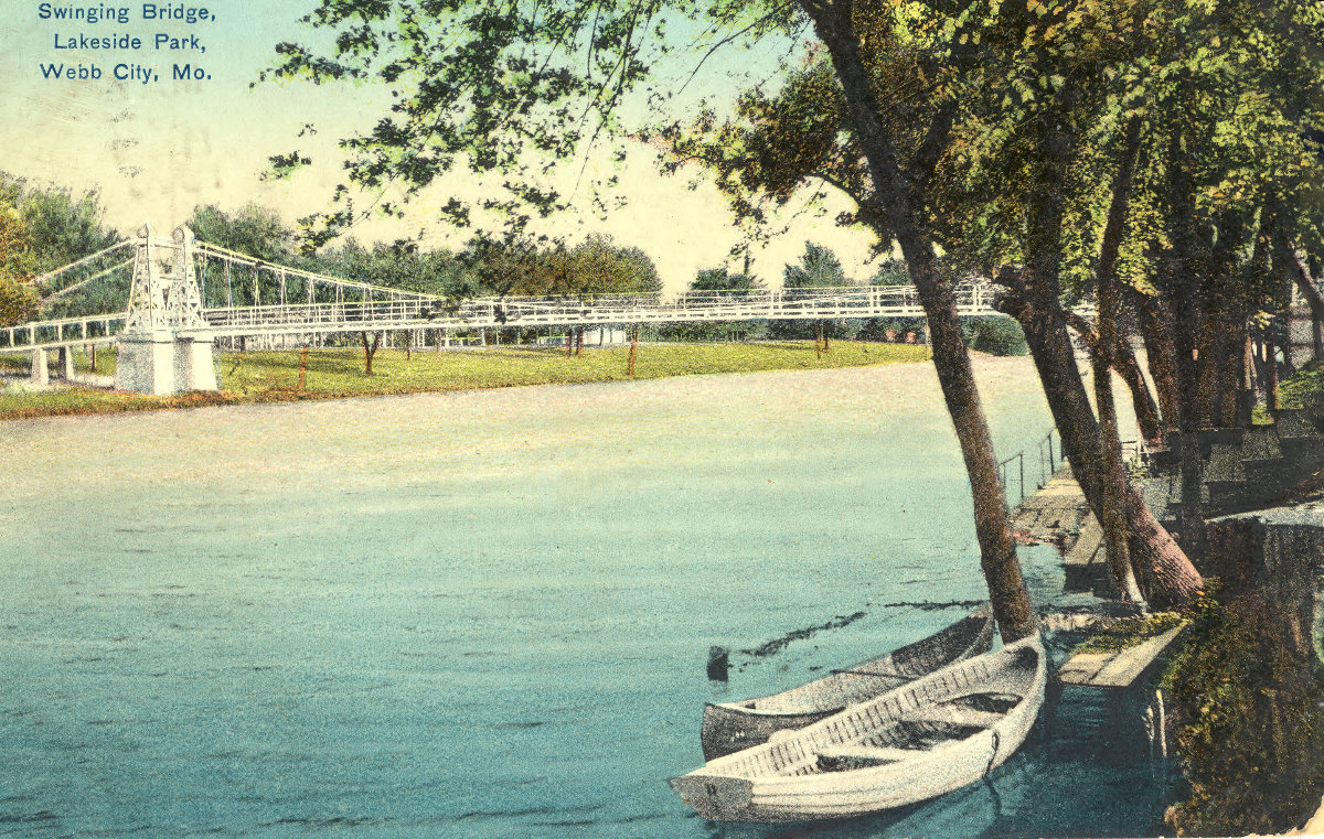 Lakeside_Park_swinging_bridge_01
